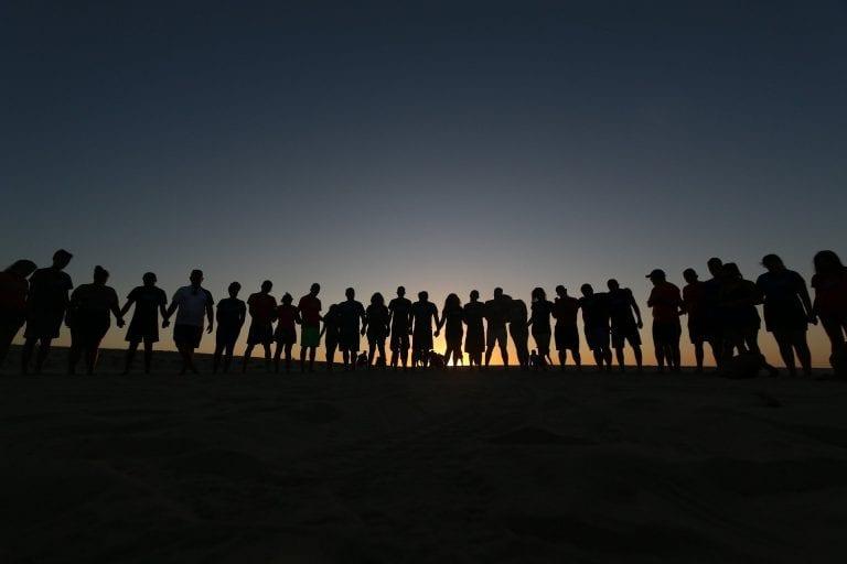 Menschen im Kreis stehend | Mitglied werden © Pixabay josephredfield